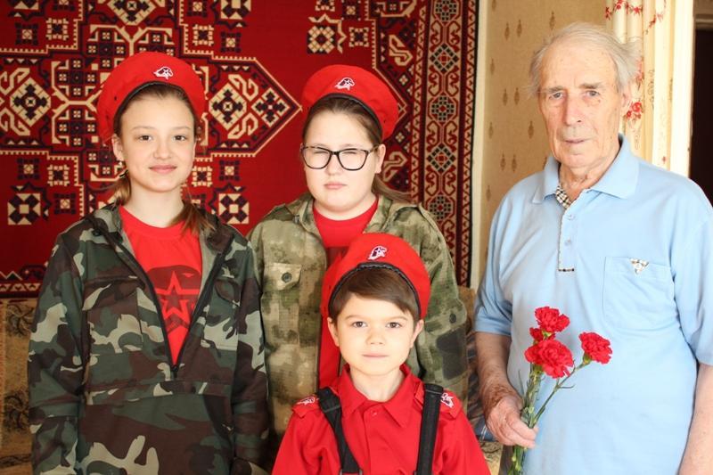 Труженика тыла и ветерана МВД Николая Липатова посетили юнармейцы