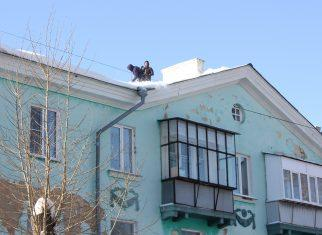 При опасности сосулек и снега, висящих на крыше дома, звоните в управляющую организацию!