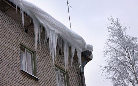 Коркинцев предупреждают о возможном сходе с крыш снега и льда