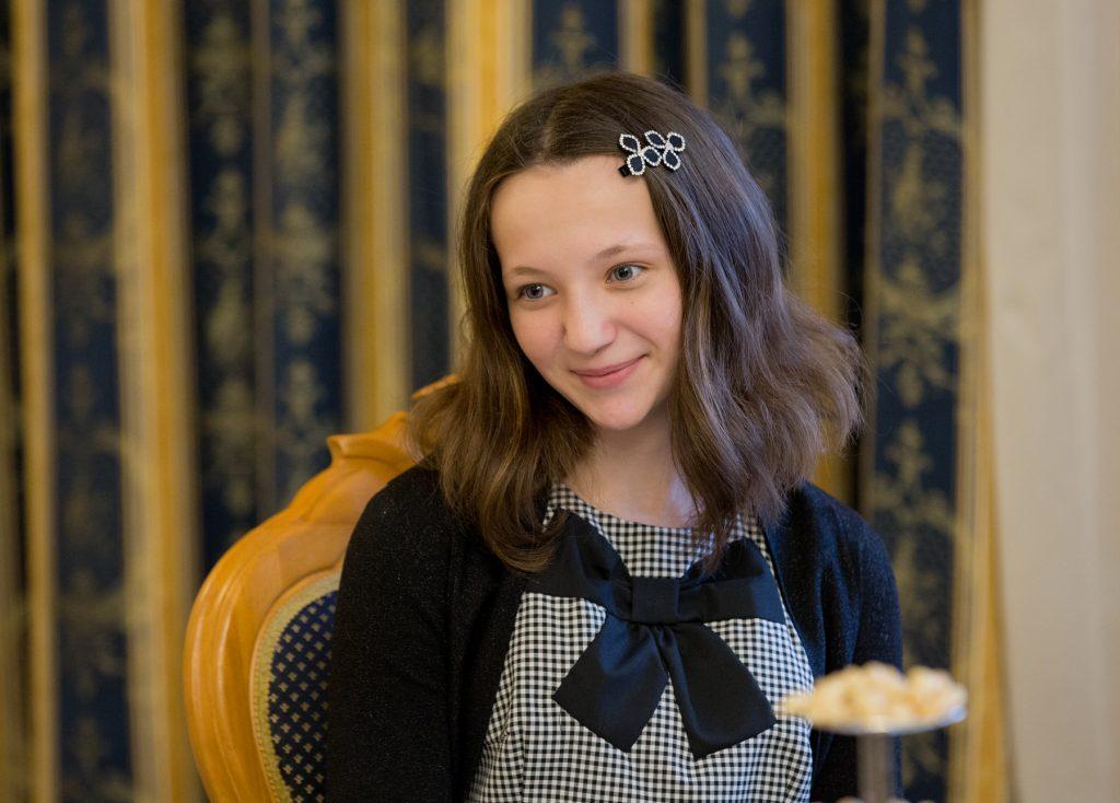 Губернатор подарил девочке, спасшей подругу, планшет