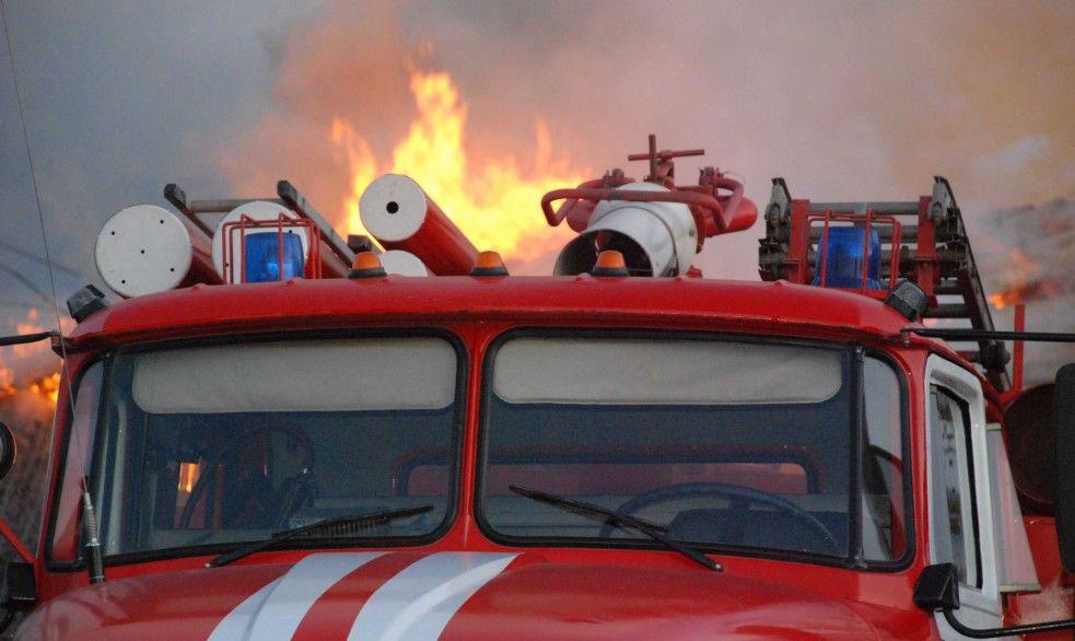 Из-за короткого замыкания в Коркино сгорели частный дом и авто