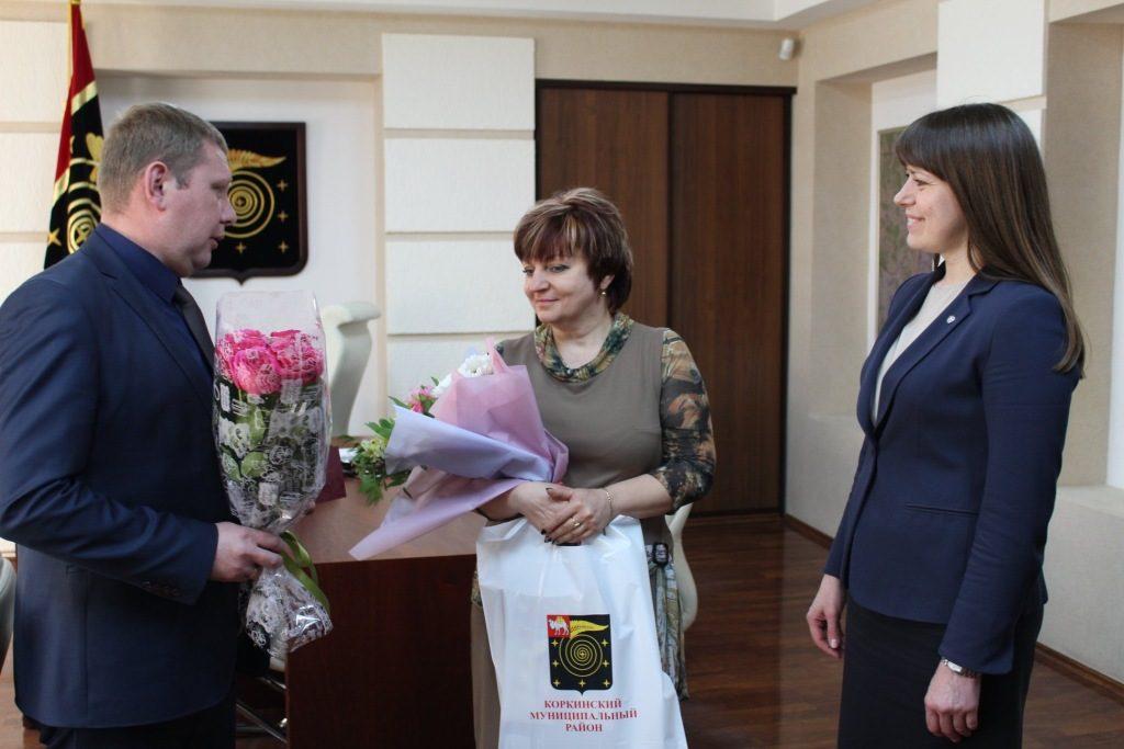 Глава района поздравила директора «Виктории» Марину Щенникову