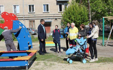 В Коркино на улице Ленина установлена новая игровая площадка