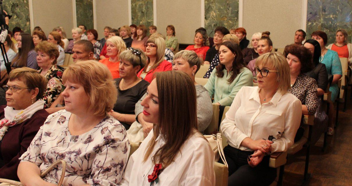 Социальные работники Коркинского района получили награды в честь профессионального праздника