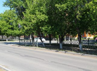 В Коркино неизвестный снёс ограждение на центральной аллее