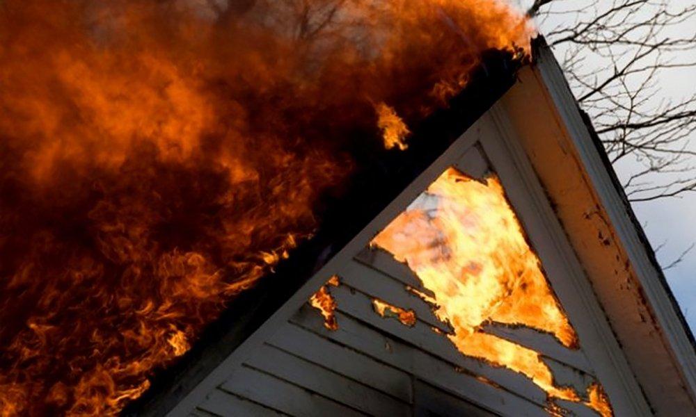 Пожар в Первомайском: сгорели крыша бани и туалет