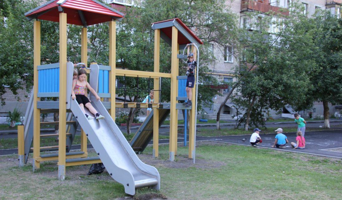 Двор по улице Терешковой заасфальтировали, в нём появилась новая детская площадка