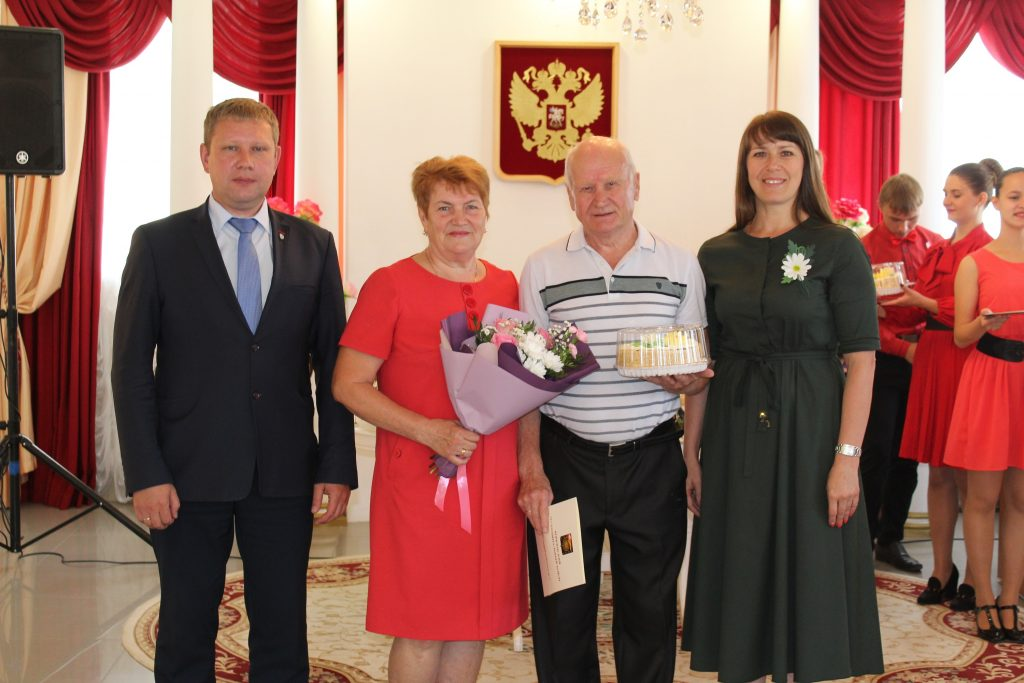 В Коркинском районе поздравили юбиляров супружеской жизни