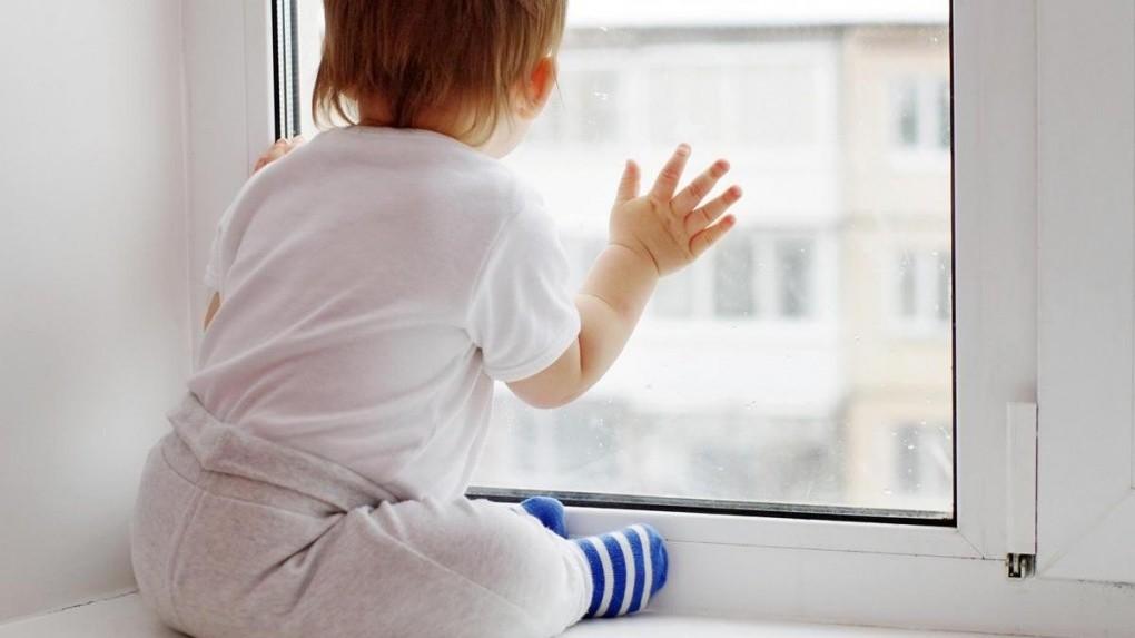 На Розе маленький мальчик выпал из окна
