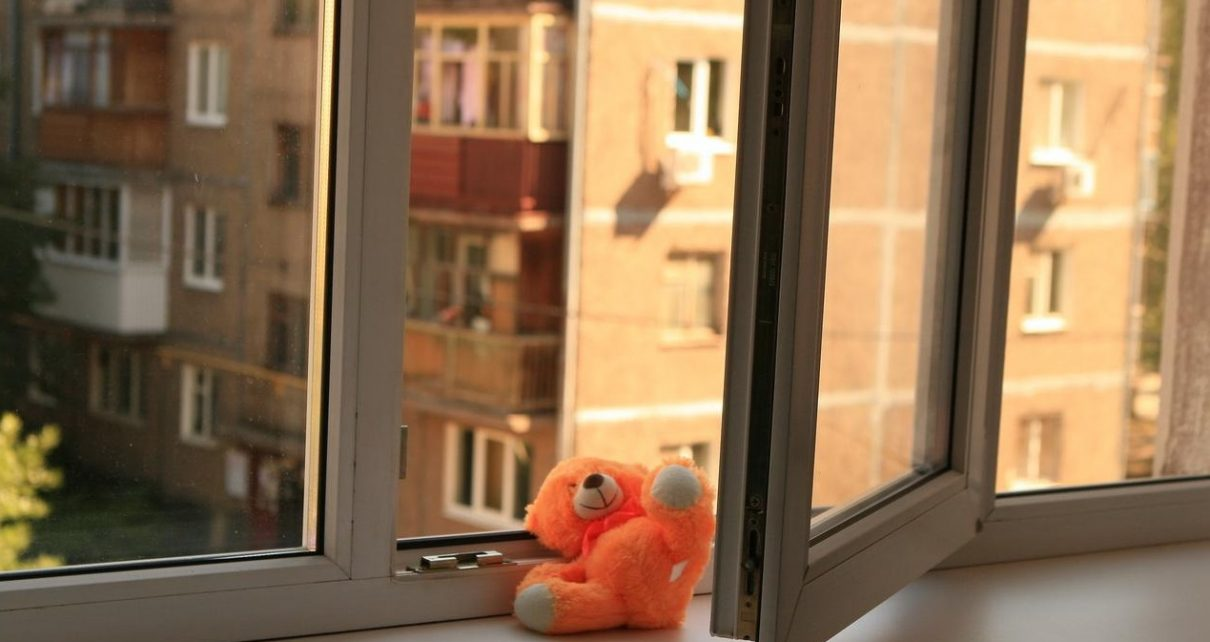 Следователи проводят проверку по факту падения мальчика из окна пятого этажа дома на Розе