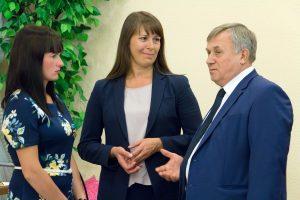 Вице-губернатор Анатолий Векшин наградил главу Коркинского района Наталью Лощинину