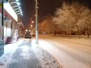 Коммунальщики расчищают дороги и тротуары от снега
