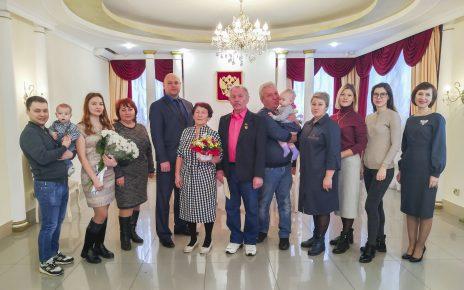 Ираиду и Владимира Юговых поздравили с изумрудной свадьбой