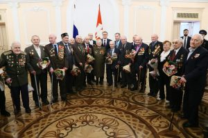 Алексей Текслер вручил юбилейную медаль коркинскому ветерану войны Николаю Андрееву