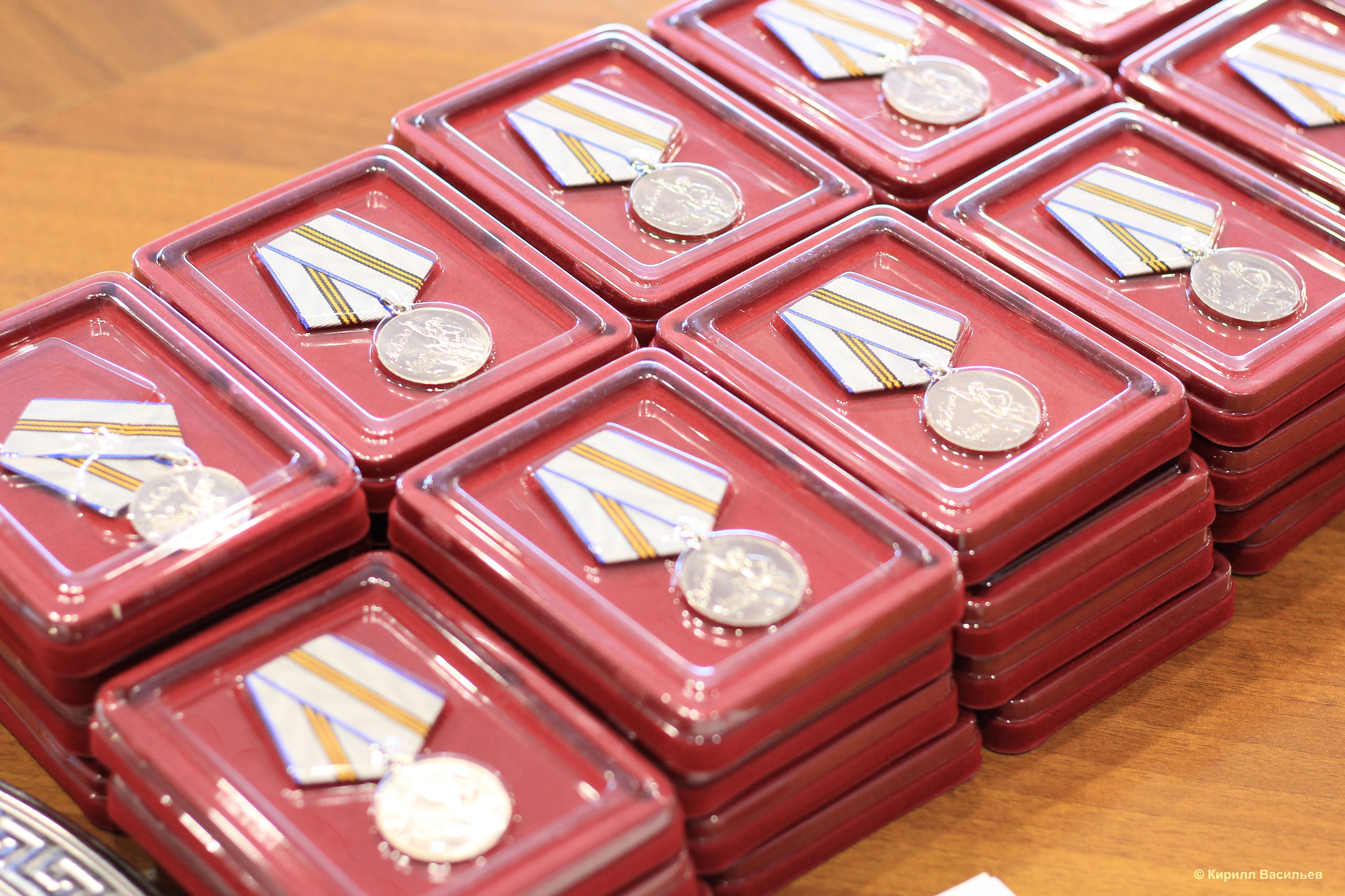 Памятные медали вручили ещё 40 коркинским ветеранам