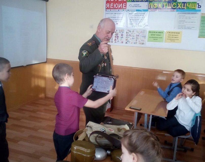 К коркинским первоклассникам в гости пришёл полковник запаса Юрий Войченко