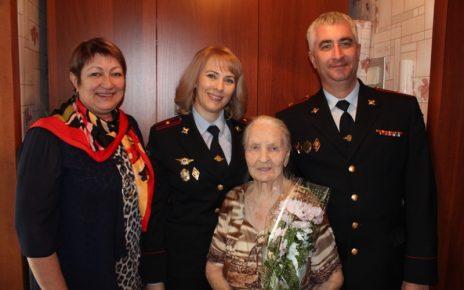 Коркинские полицейские вместе с ветеранами поздравили с 8 Марта вдов и матерей сотрудников отдела