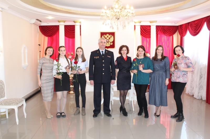 Коркинским девушкам вручили паспорта и подарили цветы