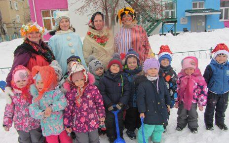 Коркинские малыши проводили Зиму, слепив последних снеговиков