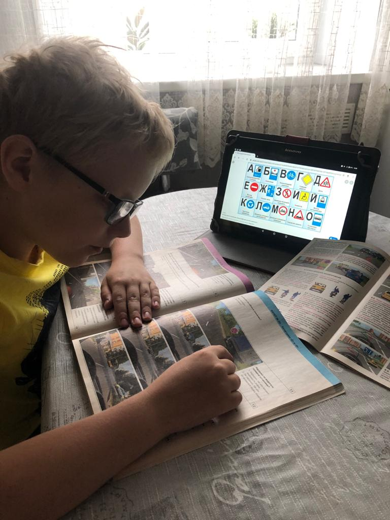 Коркинские школьники дома творчески изучают правила дорожного движения