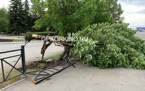 В Коркино водитель снёс ограждение на площади Ленина