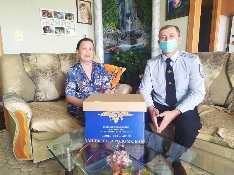 Коркинским ветеранам МВД продолжают вручать продуктовые наборы