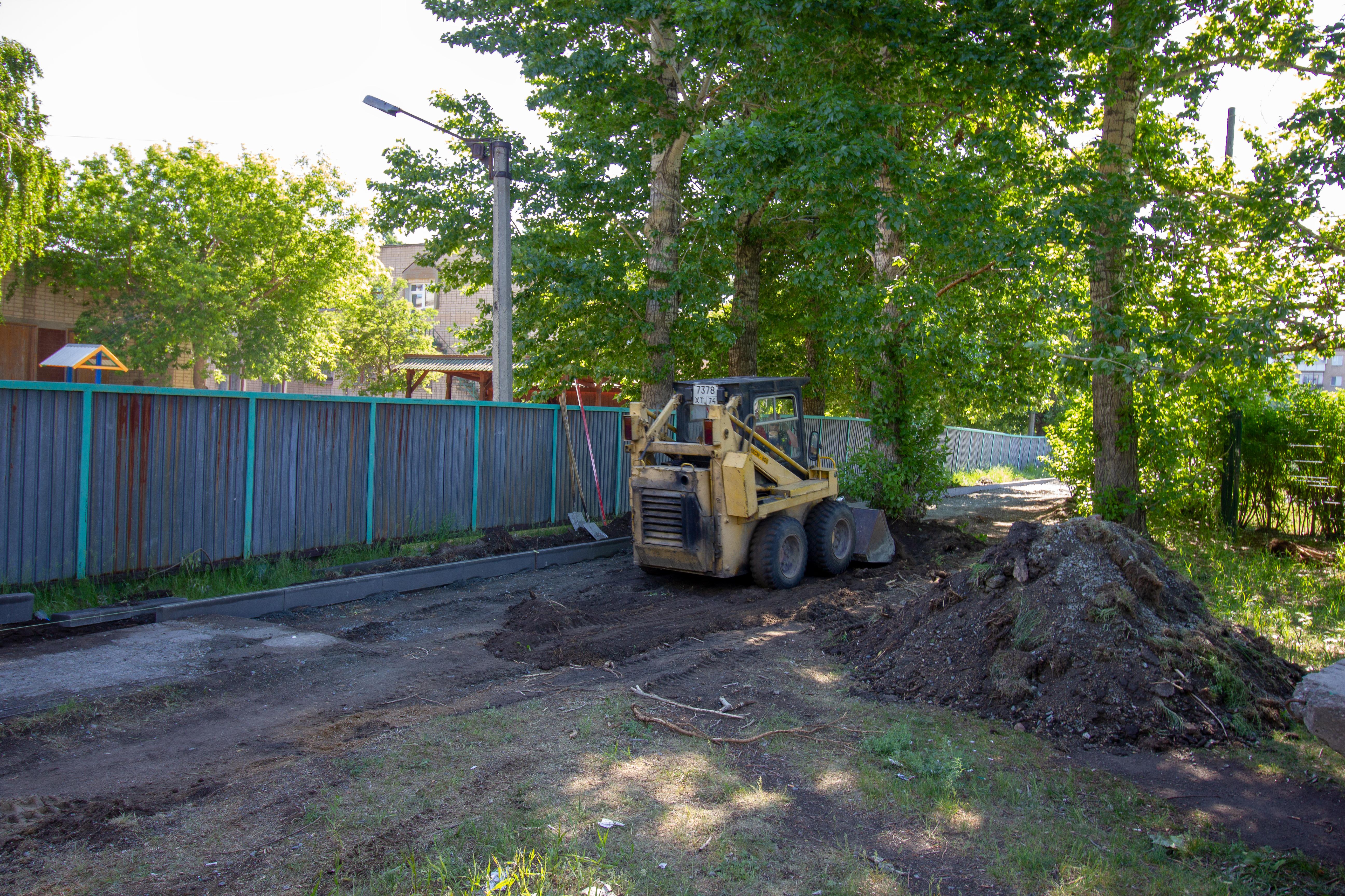 В Коркино по областной программе ремонтируют тротуар