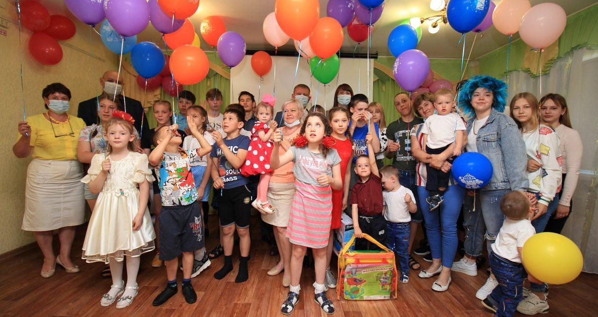 Руководители Коркинского районапосетилиребятишек из центров помощи