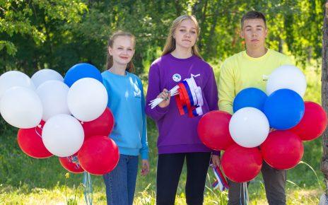 Коркинцев поздравляют с Днём России, вручая ленты, флажки и шары