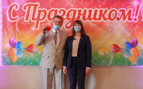 Медицинских работников поздравили с профессиональным праздником. Врач-терапевт получил ключи от квартиры!
