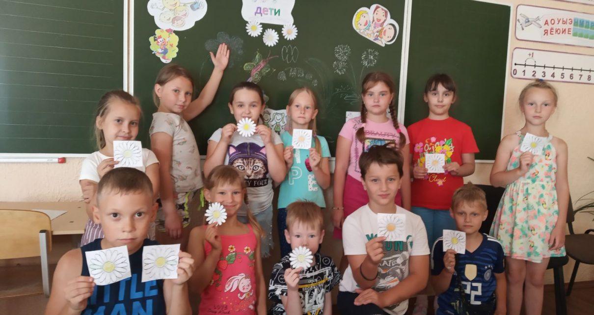 В школьном лагере для ребятишек устраивают каждый день праздник