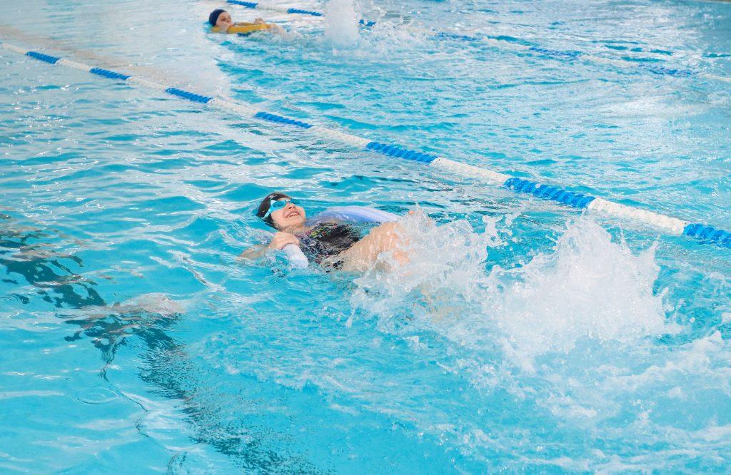 Для коркинских ребятишек в бассейне провели эстафету