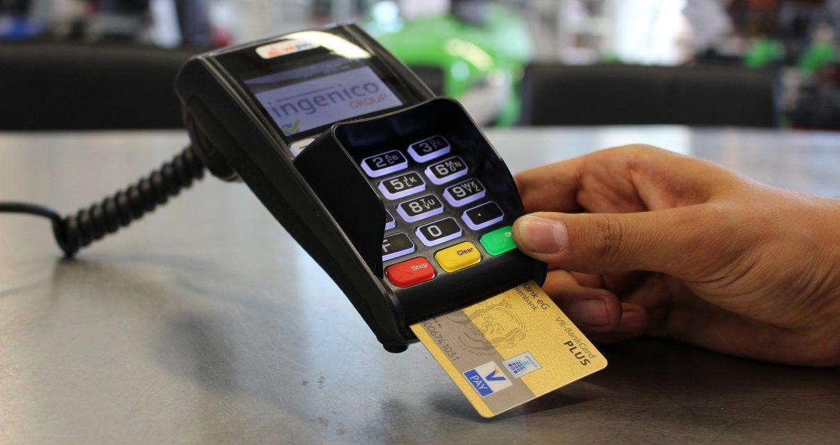 Расплачивалась в магазинах чужой банковской картой. Полицейские задержали женщину