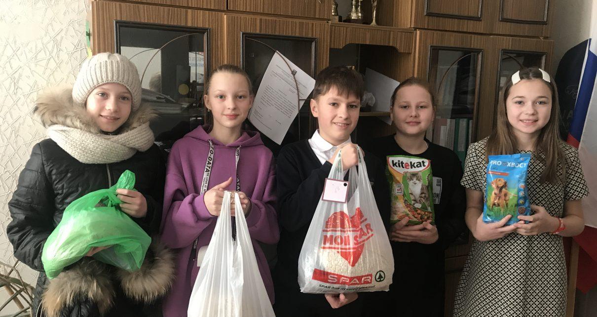 Коркинские ребята вместе с родителями собрали корм для питомцев «Волчка»