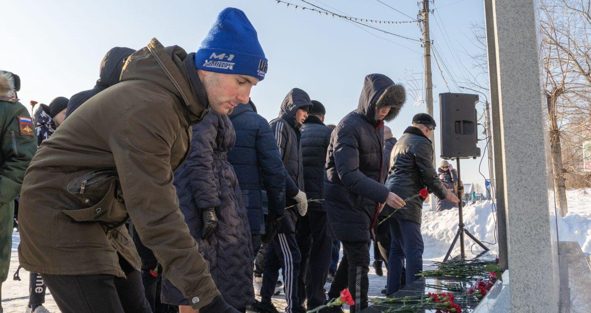 Сегодня коркинцы пришли к мемориалу памяти воинам-интернационалистам