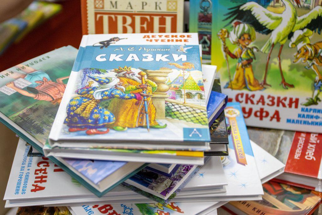 Коркинские библиотеки пополняются новыми книгами. Анатолий Ерёмин подарил 125 детских изданий