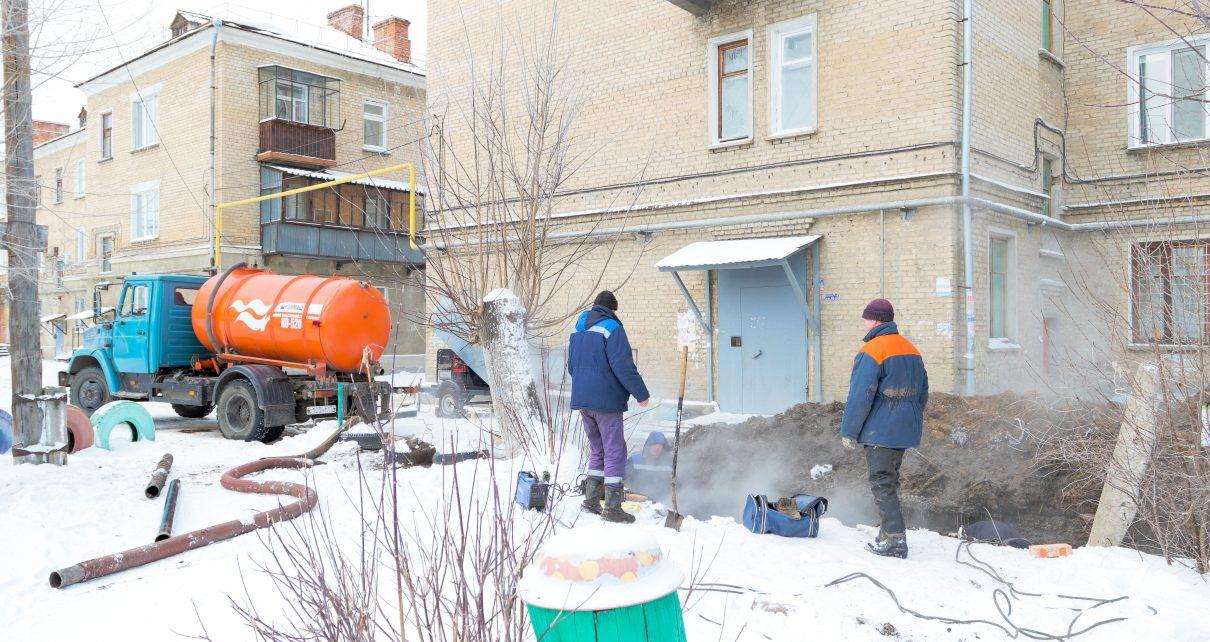 На улице Ленина ликвидируют утечку на теплотрассе