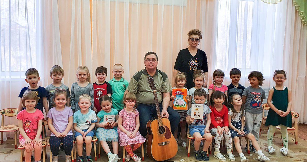 К коркинским малышам в гости пришёл поэт