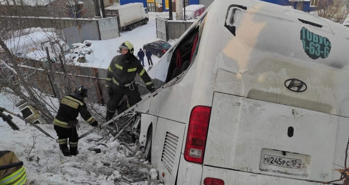 Автобус №133, следовавший из Челябинска в Первомайский, столкнулся с трактором и съехал в овраг