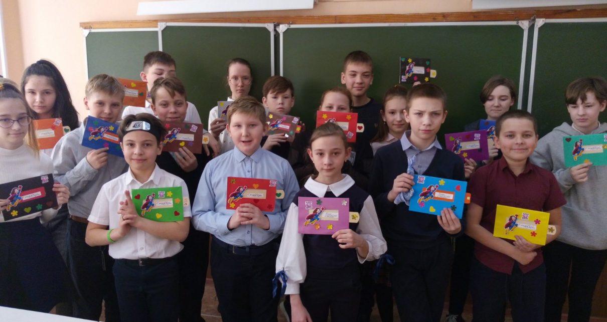 Коркинские школьники сделали открытки для супермам