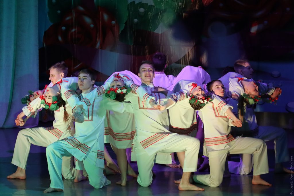 Розы – всем! Коркинских женщин чествовали на сцене ДК «Горняк»