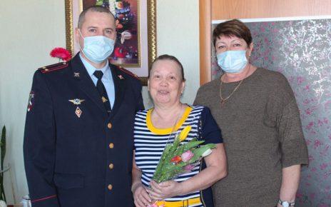 Коркинские полицейские поздравили ветеранов отдела с женским праздником