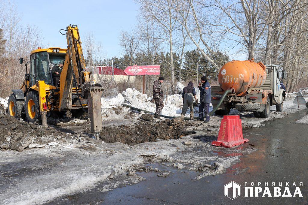 Сотрудники водоканала устанавливают место утечки на центральном водоводе в Коркино