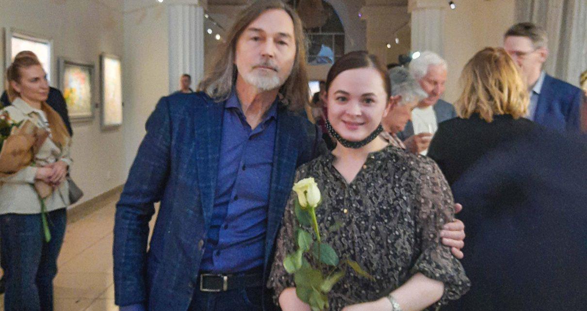 Никас Сафронов подарил розу коркинскому педагогу