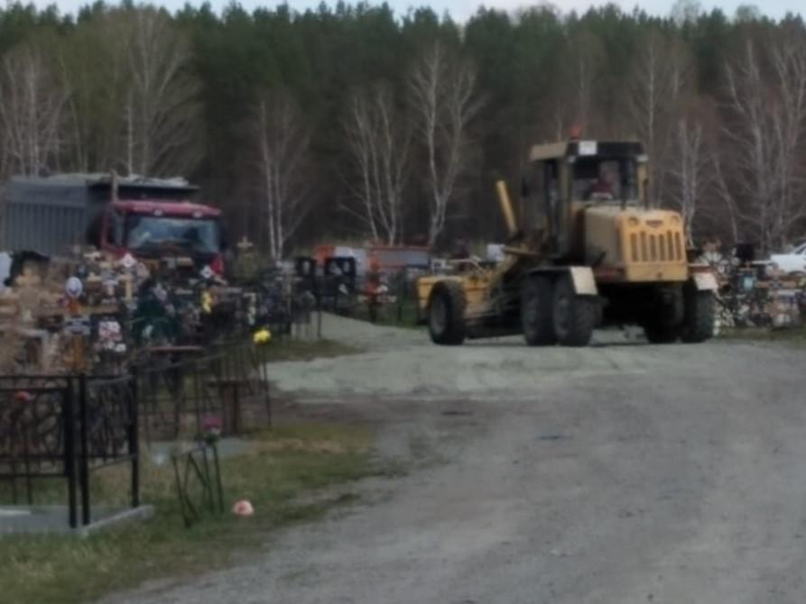 На коркинском кладбище проводят работы по уборке и благоустройству