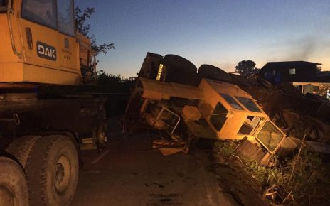 Сотрудники МЧС обеспечили освещением участок, где упал автокран