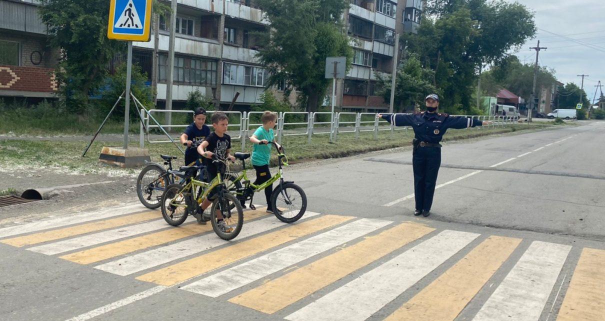 Сотрудники ГИБДД напомнили детям, как безопасно ездить на велосипеде