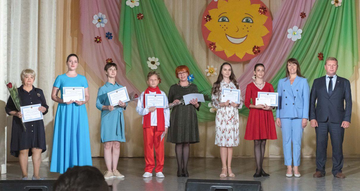 Сто одарённых детей наградили стипендией главы Коркинского района