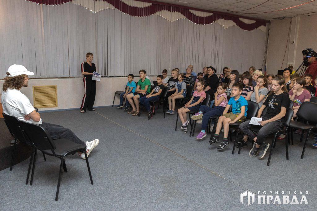 Артемий Панарин посетил коркинский центр «Добрые сердца»