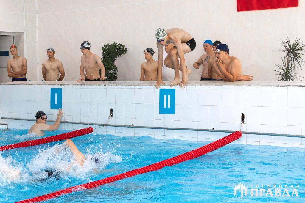 В честь Дня России коркинцы провели эстафету по плаванию